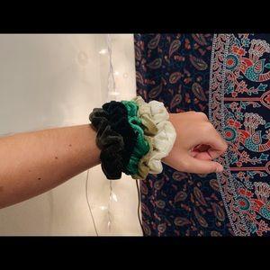 velvet scrunchie pack | green
